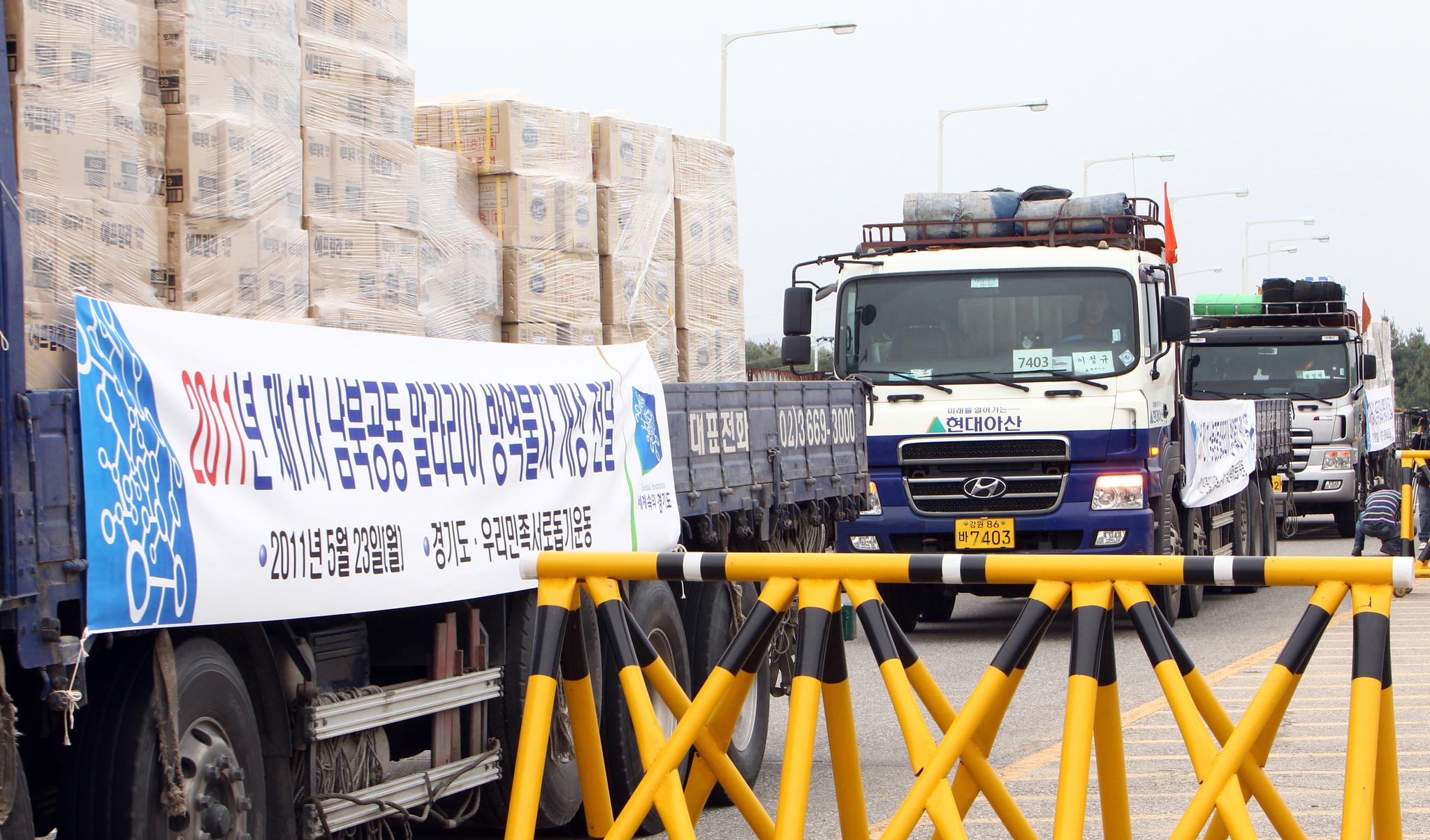지난 2011년 5월 경기도와 인천시가 마련한 말라리아 예방 약품과 모기장등을 실은 트럭이 개성으로 가기위해 경기도 파주 통일대교를 건너고 있다.[중앙포토]