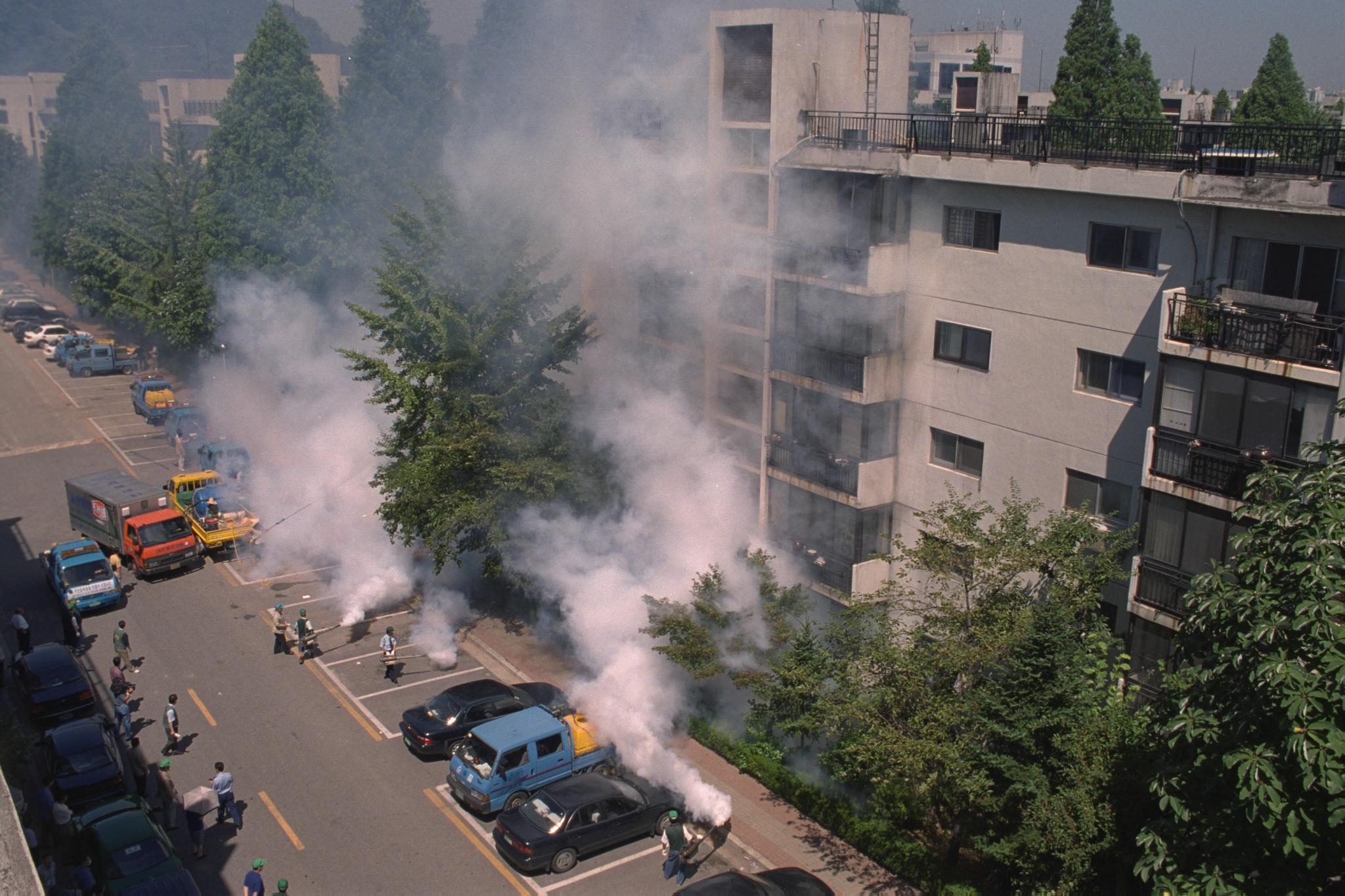 1990년대 말 서울 서초구청 직원과 주민들이 말라리아를 퇴치하기 위해 연막소독차량 등을 동원해 반포본동에서 방역작업을 벌이고 있다. [중앙포토]
