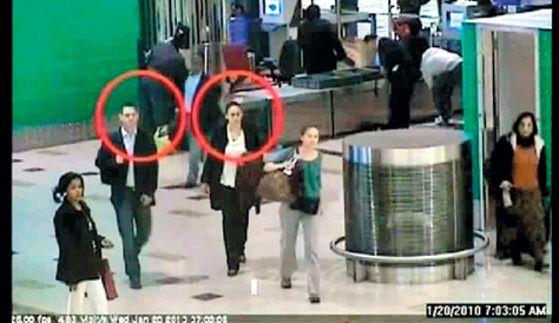 모사드 요원으로 추정되는 가짜 여권 소지자들이 2010년 알마부 살해 직후 공항에 도착한 모습. 두바이 경찰이 공개한 공항 CCTV의 모습이다.