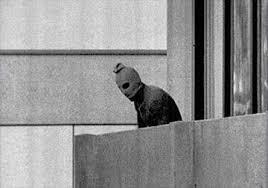 1972년 뮌헨 올림픽 당시 이스라엘 체조선수단을 억류하가 학살한팔레스타인 무장단체 검은 9월단 대원의 모습. [중앙포토]
