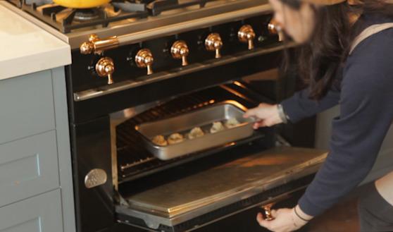 오븐에 넣고 190도에서 20분 굽는다. 오븐이 없다면 프라이팬을 써도 된다. 단 뚜껑을 꼭 덮여준다.