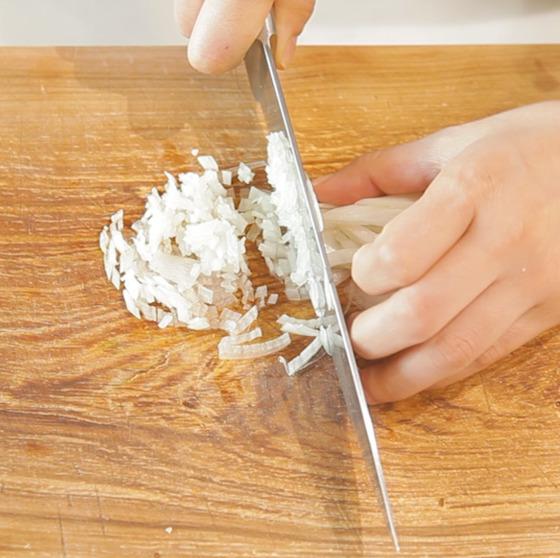 버섯 기둥과 양파를 잘게 다진다. 나머지 속재료도 다져 놓는다.