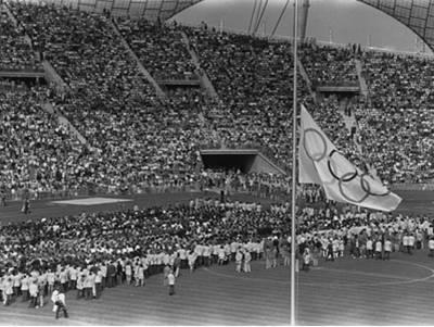 1972년 뮌헨올림픽 폐막식에 걸린 올림픽 조기. 뮌헨학살은 올림픽의 상처로 남았다. [중앙포토]