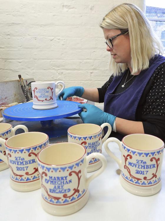 해리 왕자와 메건 마클의 약혼이 발표되자마자 이를 기념하는 머그컵이 제작되고 있다. [AP=연합뉴스]