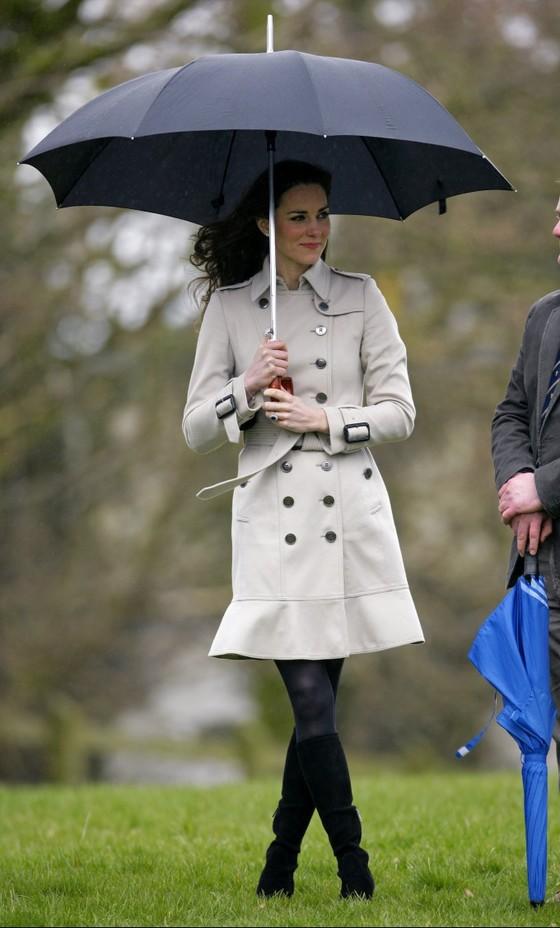 2011년 케이트 왕세손빈이 북아일랜드 행사 때 입은 버버리 트렌치 코트는 완판으로 이어졌고, 유사 상품까지 모두 동이 날 정도로 인기를 모았다. [중앙포토]