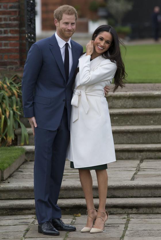 27일(현지시간) 약혼 발표 이후 공식 사진촬영에 응한 해리 왕자(왼쪽)와 메건 마클. 이때 입은 드레스와 코트, 구두는 모두 완판됐다.[신화=연합뉴스]