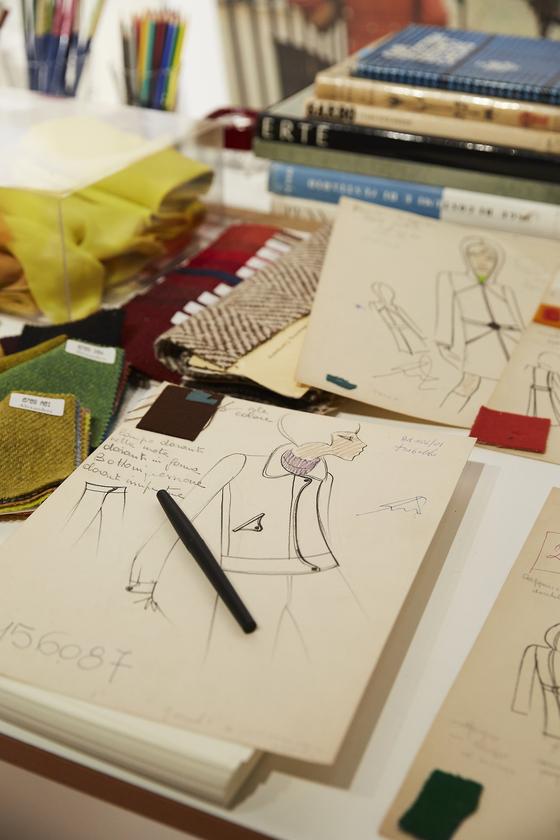 디자이너의 작업 테이블. 수십 번의 수정을 거쳐 완벽한 시그너처 디자인을 만들어낸다.