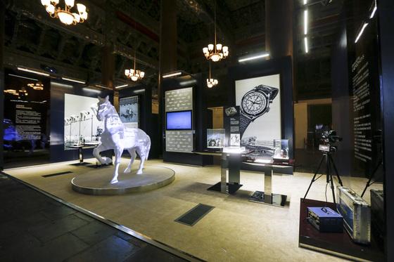 11월 16일 베이징 태묘에는 스위스 론진 본사의 쌍티미에 박물관 소장품이 옮겨왔다. 오른편 계측 기기는 1949년에 만든 크로노카메라. [사진 론진]