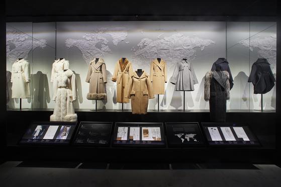 막스마라 코트 전시장 내부. 시대별로 주목받았던 브랜드의 대표 코트들을 선보였다.