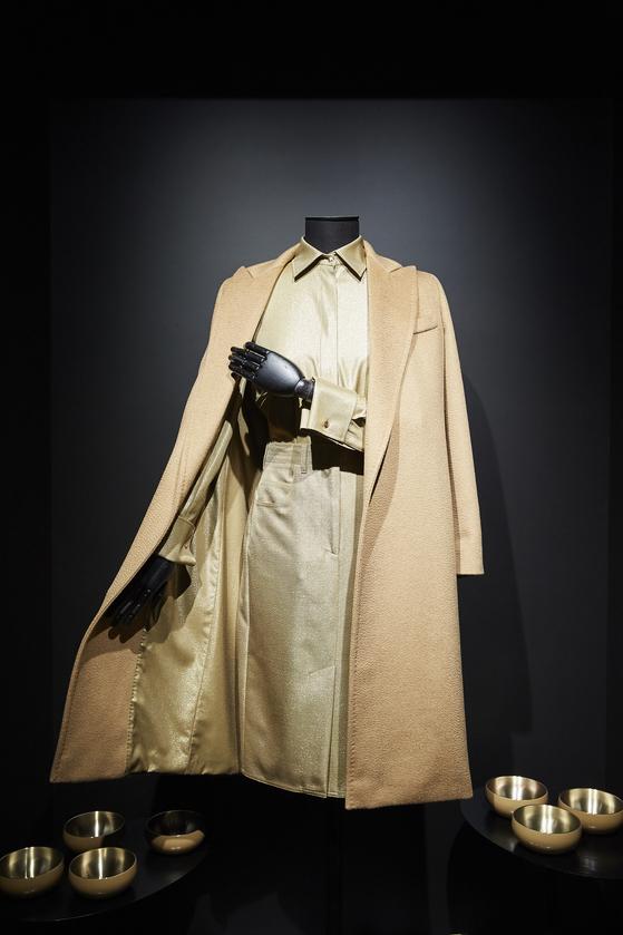 그리피스가 한국 유기에서 영감을 받아 만든 서울 코트. 유기의 광택을 안감에 적용시켰다.