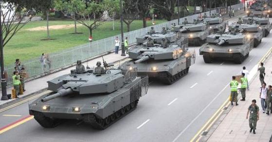 싱가포르군이 보유한 레오파르트2SG 전차의 모습. 독일제 레오파르트2의 싱가포르 공급용 버전이다. 싱가포르는 이 막강한 전차를 196대나 보유하고 있다. 어지간한 유럽 강국과 맞먹는 기갑 전력이다. 싱가포르는 독립과 번영을 유지하기 위해 국가 예산의 25%를 국방비로 지출할 정도로 국방에 신경을 써왔다.