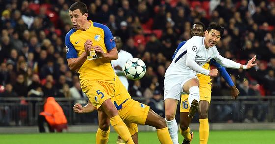 토트넘 공격수 손흥민이 7일(한국시간) 영국 런던의 웸블리 스타디움에서 열린 아포엘과의 2017-18 유럽축구연맹(UEFA) 챔피언스리그 H조 조별예선 6차전에서 슈팅을 시도하고 있다. [사진 AFP=News1]