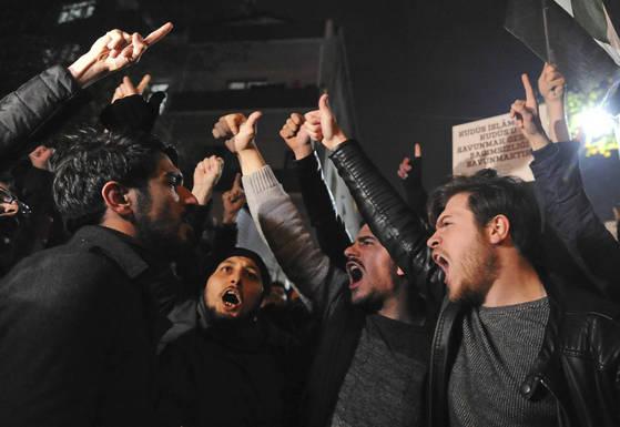 6일 도널드 트럼프 미국 대통령이 이스라엘 예루살렘을 수도로 인정한다는 발표가 나오자 터키 이스탄불에서 해당 발표에 항의하는 시위가 열리고 있다. [AP=연합뉴스]