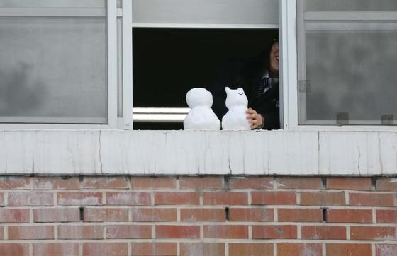대설주의보가 내려진 6일 오전 대전 서구의 한 고등학교 창밖에 눈사람이 놓여 있다. 프리랜서 김성태