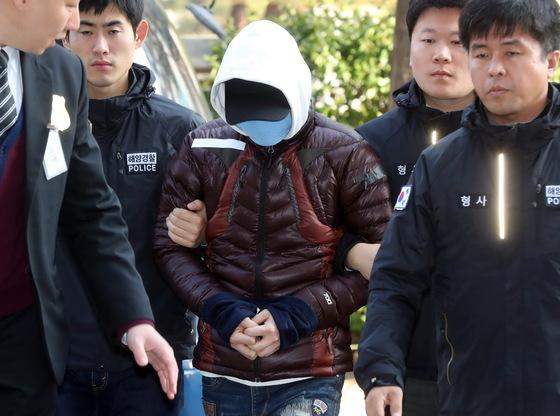 낚싯배 사고를 일으킨 명진15호 선장이 6일 구속영장 실질심사를 받기 위해 인천지방법원에서 들어서고 있다. 강정현 기자