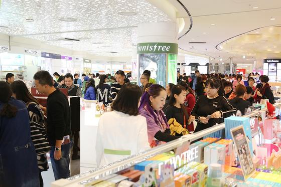 유커(중국 관광객)들이 서울시내 한 면세점에 몰려들어 화장품을 구입하고 있다. 6월에 올해 초의 절반 이하로 줄었던 유커가 다시 한국을 찾고 있다. [중앙포토]