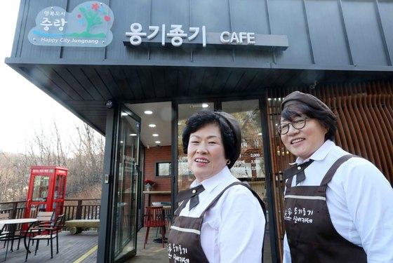 서울 중랑구 신내동 봉화산 근린 공원에 있는 '옹기종기 카페'에서 바리스타로 일하는 표순열(61.왼쪽) 씨. 오른쪽은 카페 코디네이터인 문영애씨. 김상선 기자