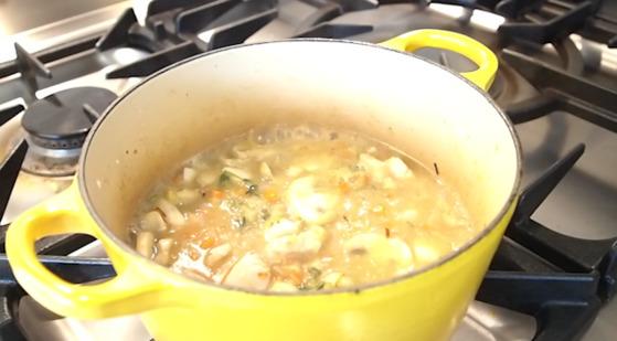 재료가 잠길만큼 닭육수를 부어 뭉근히 끓인다.