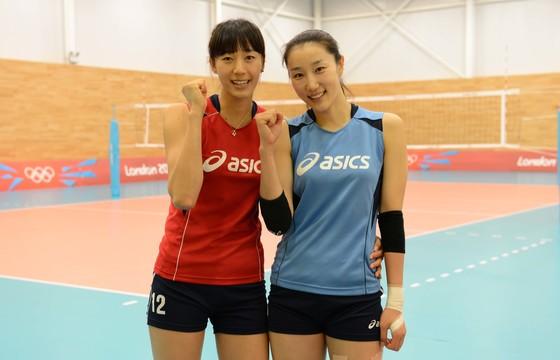 한국 여자배구대표팀 한송이-한유미(오른쪽) 자매가 24일 런던 크라포드 유로파 스포츠센터에서 막바지 훈련을 마친뒤 화이팅을 외치고 있다. [ 올림픽사진공동취재단 ]