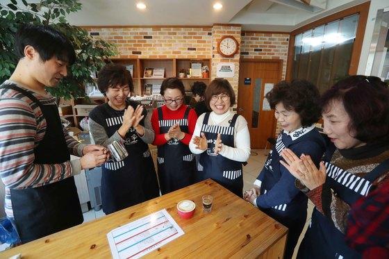 교육생들이 6일 서울 중랑구 상봉1동 주민센터 바리스타 교육장에서 카푸치노 커피를 내리는 실습을 하고 있다. 교육생들이 커피잔 위에 우유로 하트 모양을 만들어 낸 뒤 박수를 치고 있다. 김상선 기자