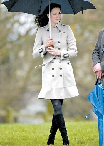 2011년 케이트 미들턴 왕세손빈이 입은 버버리 트렌치 코트는 완판으로 이어졌고, 유사 상품까지 모두 동이 날 정도로 인기를 모았다.[중앙포토]