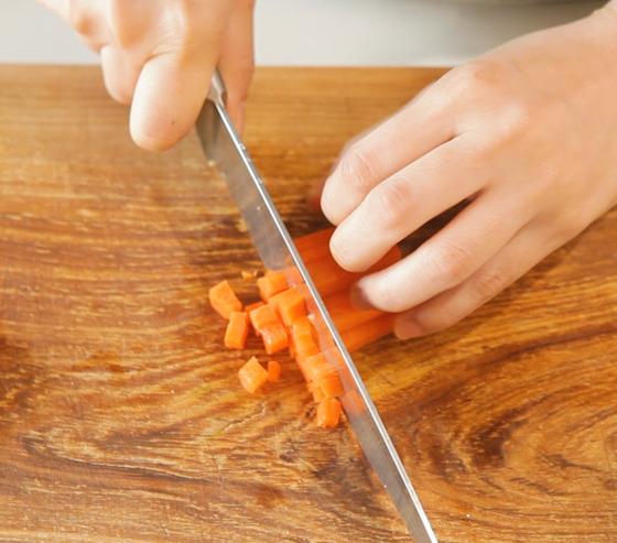 스튜에 들어갈 당근, 버섯, 대파 등을 작은 크기로 잘라 준비한다.