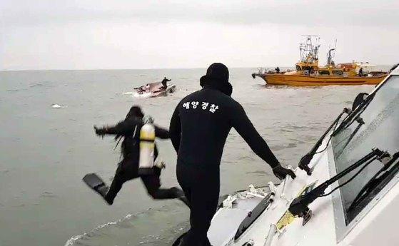 구조를 위해 물에 뛰어든 해경. 승객이 선수에 있다고 했는데 선미로 들어갔다. [사진 인천해경]