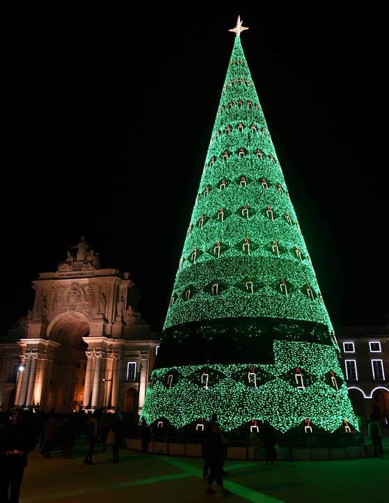 포르투갈 리스본의 코메르시우 광장에 설치된 대형 트리. [신화통신=연합뉴스]