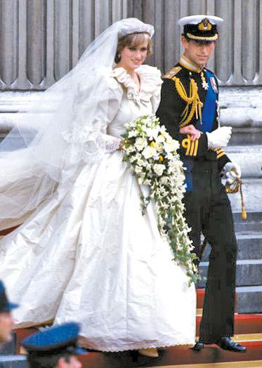 어깨를 한껏 부풀린 고 다이애나 왕세자비의 웨딩 드레스.