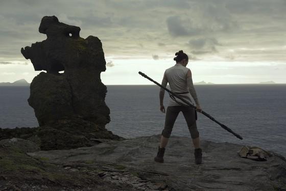 '스타워즈:라스트 제다이'의 극중 장면. 자신의 내면에 숨은 힘을 각성하는 여성 전사 레이(데이지 리들리). [사진 월트 디즈니 컴퍼니 코리아]