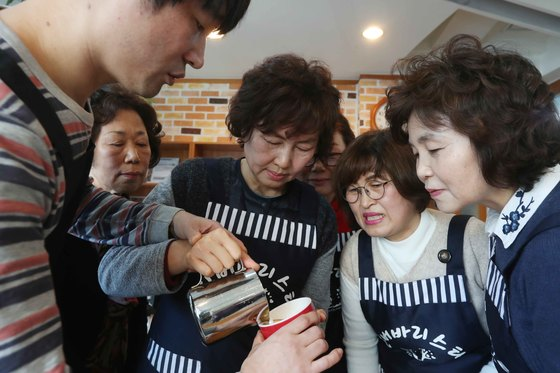 바리스타 교육생들이 6일 서울 중랑구 상봉1동 주민센터에서 정재민 강사(왼쪽)로부터 카푸치노 커피 내리는 과정을 익히고 있다. 김상선 기자