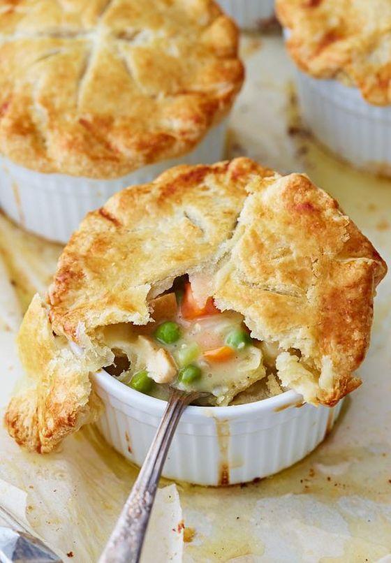 치킨 스튜에 파이 반죽을 올려 구워내면 '치킨 팟 파이'가 된다. [사진 핀터레스트]