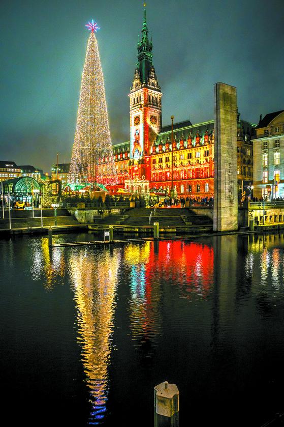 독일 함부르크시청 앞에 장식된 성탄트리. [EPA=연합뉴스]