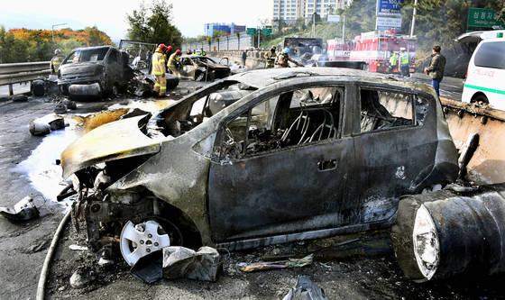 화물차 화재 폭발로 불에 탄 승용차들. 경남신문=전강용 기자