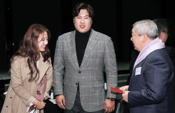 류현진(가운데)배지현(왼쪽) 커플이 구본능 KBO 총재에게 청첩장을 건네고 있다. [정시종 기자]