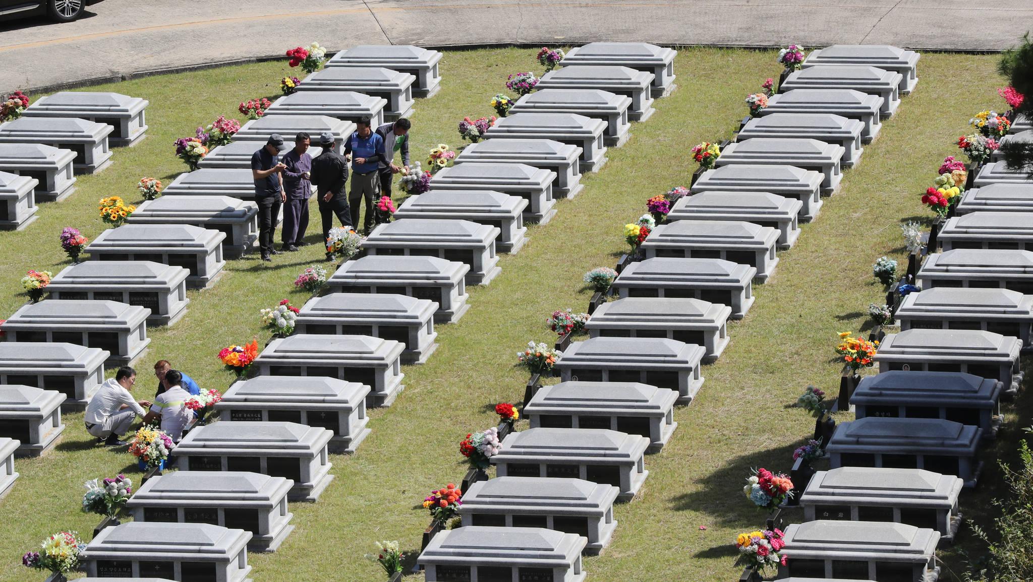 올 추석 연휴 광주 북구 영락공원에 있는 조상의 묘를 찾은 후손들이 성묘하고 있다. [연합뉴스]