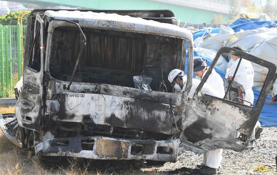 사고를 일으킨 화물차. 송봉근 기자
