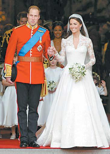 영국 대표 디자이너 브랜드 '알렉산더 매퀸'의 웨딩 드레스를 입은 케이트 왕세손빈의 결혼식 당시 모습.