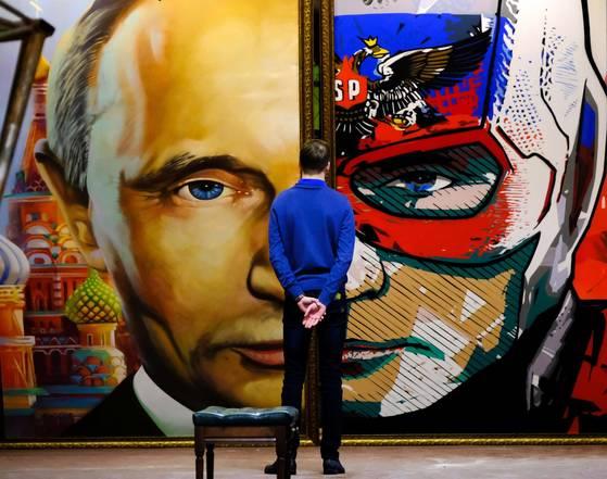 모스코바의 우만 뮤지엄에서 푸틴 대통령의 초상 작품을 관람하는 남성. [AFP=연합뉴스]