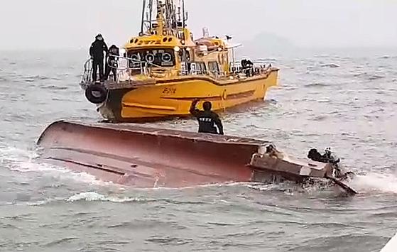 3일 오전 6시12분께 인천 영흥도 앞 해상에서 22명이 탄 낚싯배가 전복됐다. 해경 잠수부가 사고해역에서 구조에 나서고 있다. [인천해경 제공=뉴스1]