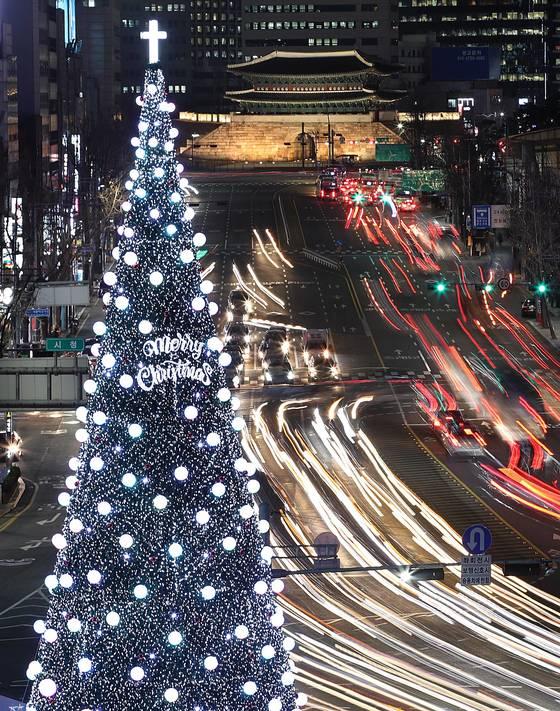 서울시청앞 광장에 놓인 트리가 주변을 환하게 밝히고 있다. [연합뉴스]