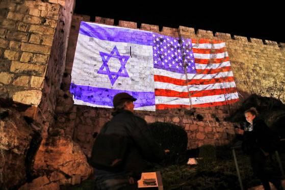 6일 이스라엘 예루살램 구도시에서 이스라엘과 미국 국기가 걸려 있다. [AFP=연합뉴스]