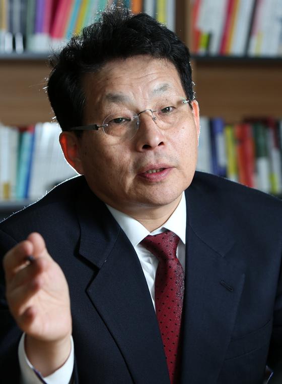 차명진 전 의원이 지난 1일 서울 중앙일보에서 보좌관 문제에 관해 이야기하고 있다. [조문규 기자]