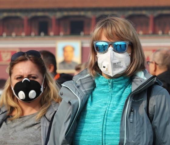 2017년 11월 외국인 관광객들이 천안문 광장을 찾았다. 마스크를 착용하고 있다. [사진 이매진 차이나]
