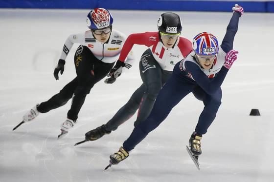 4차 월드컵 여자 500m 경기에 출전한 크리스티, 생젤레, 최민정. (왼쪽부터). [서울 AP=연합뉴스]