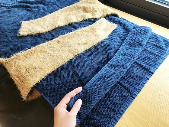 니트 스웨터 아래와 위에 마른 수건 두 장을 깔고 소매를 안쪽으로 접어 놓는다.