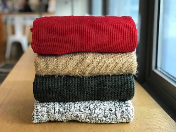 겨울용 옷으로 사랑받는 니트 스웨터. 세탁 후 변형이 쉽게 생기는 옷이다.