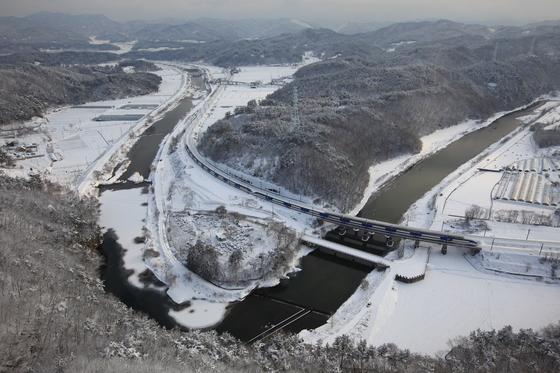 계룡역 인근을 지나는 KTX 열차. [사진 박준규]