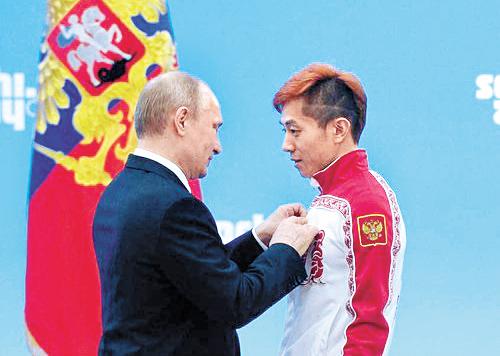2014년 소치 대회에선 러시아 선수로 금메달을 따낸 뒤 푸틴 러시아 대통령으로부터 훈장을 받았다. [중앙포토]