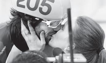 2014 소치 올림픽에서 금메달을 딴 뒤 여자친구 마리안 생젤레와 키스하는 샤를 아믈랭. [캐나다 올림픽위원회 홈페이지]